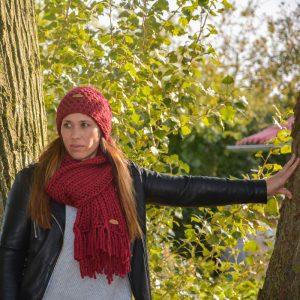 STOBBIES beanie en shawl roodpaars sfeer